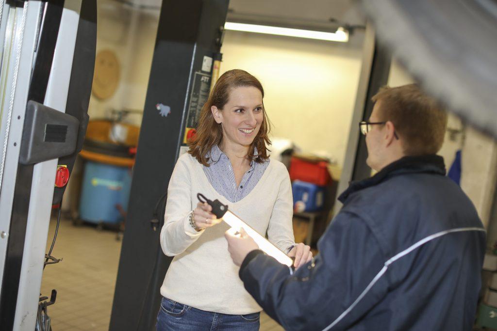 Maria Weber als Arbeitsmedizinerin in einer KFZ-Werkstatt